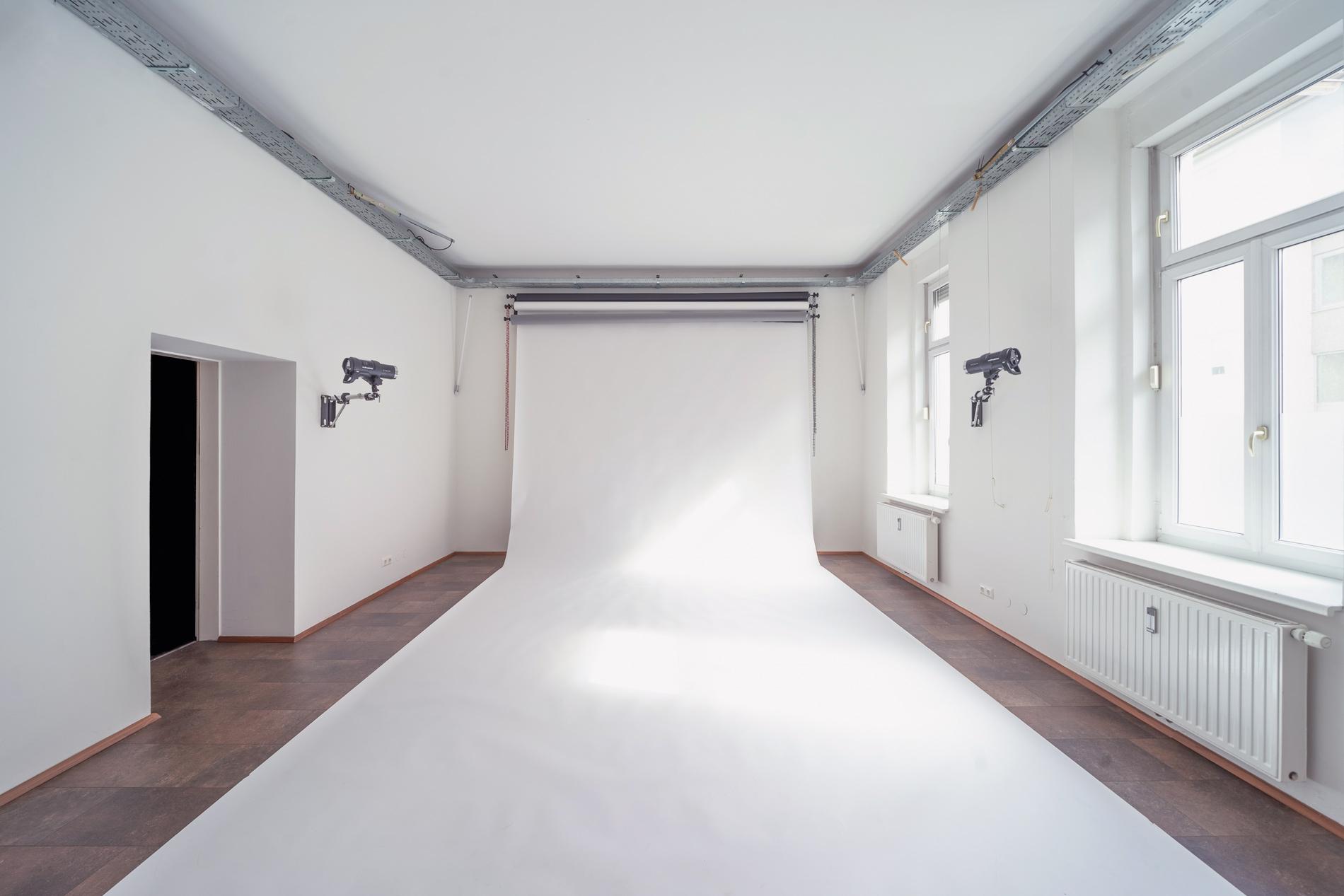 Frontales Foto von der Studiofläche des Fotostudio Blendpunkt in Graz